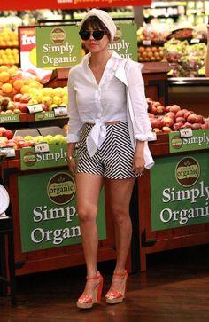 Kourtney Kardashian - The Kardashian Clan Picks Up Groceries