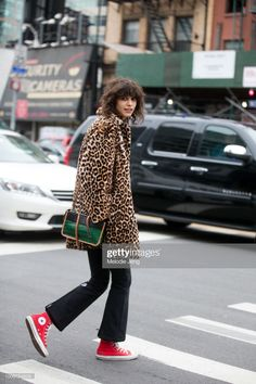 Model Mica Arganaraz wears a leopard fur coat, green and black crocodile leather Proenza Schouler purse, black flare pants, and red Converse sneakers black on Day 7 of New York Fashion Week. Fashion Week, Look Fashion, Girl Fashion, Fashion Outfits, Womens Fashion, Hipster Grunge, Grunge Goth, Street Style Vintage, Street Style Women