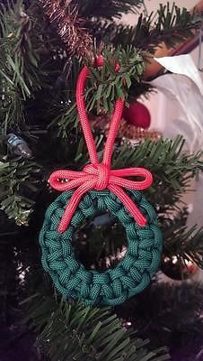 Tutorial for a Woven and Half-hitched Paracord Pouch - having a pouch like this would be a great add-on to an emergency kit in a backpack. It will hold small items, and unravels to be about 30 feet of paracord. Christmas Ornament Wreath, Christmas Wreaths, Christmas Decorations, Ornament Tree, Parachute Cord Crafts, Ideias Diy, Macrame Projects, Diy Weihnachten, Craft Fairs