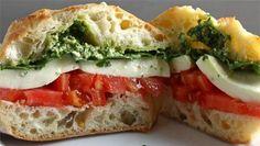 Nuevamente una deliciosa receta caprese, pero en esta ocasión, incursionaremos en un sándwich caprese, que podrás comer frío o caliente. Es muy sencillo prepararlo, y te vendrá increíble para un buen desayuno. No te lo pierdas! Ingredientes: 2 rodajas de pan 1 rodaja