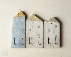 Trashforming: casitas para colgar cosas hechas con #madera desechada. #upcycle A nice set of Little Houses Coat Hangers. Simple way to hang up your jacket. Hand painted, look good ;)