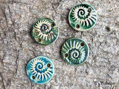 Armband-Anhänger für Damen aus Keramik...von KreativesbyPetra         #keramik #ceramic #ton #töpfern #töpferei #plattentechnik #Glasur #glaze #glasurbrand #glazebrand #botz #schmuck #jewellery #Anhänger #pendant #schmuckanhänger #jewelrypendant  #keramikanhänger #Unikat #handmade #handgemacht #Kunsthandwerk #Handwerk #DIY #geschenk #present #Meer #ocean #mädchen #mädels #girls #Damen #woman #textilband #schmuckband #jerseyband #jewelrybelt #geschenk #schnecke #slug #Struktur Enamel, Tonne, Crafts, Accessories, Arts And Crafts, Creative, Diy Presents, Vitreous Enamel, Manualidades