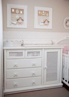 Bebe detalles de la habitación beige y rosa