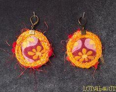 Boucles d'oreille dormeuses rondes réversibles en tissus variés coton fleuri jaune et bordeaux et satin jaune d'or. Made by Lunabellune