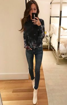 How to wear business casual with jeans? Just put some cool top on and you became to a stylish working girl!