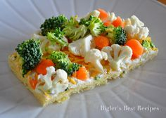 Veggie Bars - I use two packages of cream cheese mixed with 1 pack of Simply Organic dry ranch dressing, Bob& Red Mill pizza crust for bottom and diced carrots, broccoli, cauliflower, red and green bell pepper and red onion. Veggie Bars, Veggie Pizza, Veggie Appetizers, Appetizer Recipes, Yummy Appetizers, Dinner Recipes, Good Food, Yummy Food, Yummy Eats