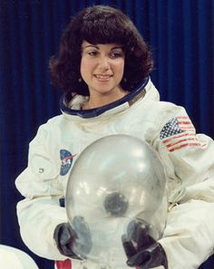 Judith Resnick - April 1949 – January 1986 - was an engineer and a NASA astronaut who died in the destruction of the Space Shuttle Challenger during the launch of mission Resnik was the second American woman astronaut, logging 145 hours in orbit. Sistema Solar, Space Shuttle Challenger, Nasa Astronauts, Nasa Planets, Air And Space Museum, The Final Frontier, Space Race, Space Program, To Infinity And Beyond