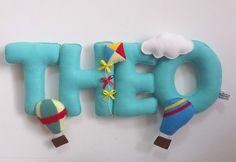 Lindo enfeite de porta no tema de pipa e balões. Todo confeccionado em feltro.  Pode ser feito em outras cores e outros temas.  *Nome composto favor consultar o valor    *Favor consultar prazo de produção.