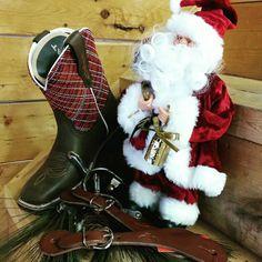 Les bottes courtes Ariat, avec éperons et courroies assortis vous attendent pour les fêtes. Venez magasiner !!! Boots, Winter, Fashion, Short Boots, Wrangler Clothing, Crotch Boots, Winter Time, Moda, La Mode