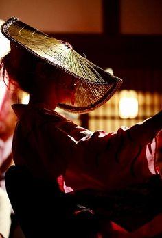 A dancer at Owara Kaze-no-bon, Toyama おわら風の盆(富山県八尾市) Japanese Beauty, Japanese Girl, Geisha, Matsuri Festival, Human Poses Reference, Toyama, Drawing Exercises, Japanese Landscape, Japanese Culture