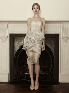Um vestido de noiva que dispensa bouquet. By Sophia Kokosalaki.