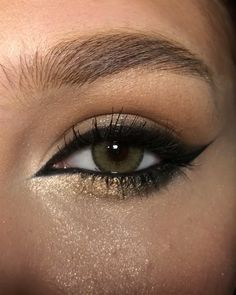 Eyeliner goals 😍 By: Sparkly Makeup, Edgy Makeup, Makeup Eye Looks, Cat Eye Makeup, No Eyeliner Makeup, Smokey Eye Makeup, Skin Makeup, Smoky Eyeliner, Eyeliner Looks