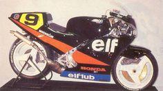 ELF 4 1987 ELF 3の一定の成功をベースに、エンジンを新たにワークスホンダNSR500を搭載。強力なエンジンパワーに車体をマッチさせることに苦労し、シーズン半ばからの実戦投入となりました(ELF 4の登場まで、ハスラムはELFカラーのホンダNSR500をグランプリで走らせました)