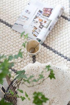 Endlich Zeit für ein Eis? Auf einem weichen, gemütlichen #Teppich kann man vieles genießen. Legt euch für eine schöne Lektüre hin oder findet Inspiration für Eure Träume: http://www.sukhi.de/inspiration