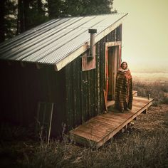 I'm beginning to look forward to the Little Cabin In The Woods -- Little Cabin, Little Houses, Eco Construction, Cabins And Cottages, Cabins In The Woods, Outdoor Life, The Great Outdoors, Tiny House, House Design