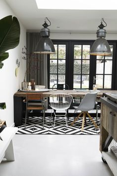 Industrial dining room with a wooden table and various chairs. Industrial dining room with a wooden Black Dining Chairs, Wooden Dining Room Chairs, Dining Room Design, Industrial Dining Chairs, Wood Table, Dining Table, Modern Window Design, Modern Windows, Küchen Design