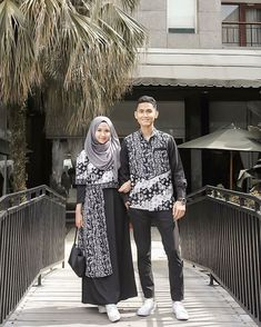Image may contain: 2 people, people standing and outdoor Batik Fashion, Abaya Fashion, Muslim Fashion, Fashion Dresses, Model Dress Batik, Batik Dress, Fashion Couple, Look Fashion, Dress Batik Kombinasi