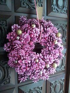 A gorgeous wreath Pine Cone Art, Pine Cone Crafts, Wreath Crafts, Diy Wreath, Pine Cone Flower Wreath, Floral Wreath, Pine Cone Decorations, Christmas Decorations, Vintage Wreath