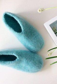 Ny variant av tovede tøfler – disse blir du glad i! Crochet Socks, Knitted Slippers, Knit Mittens, Knitting Socks, Knit Crochet, Crochet Top Outfit, Knitting Patterns, Crochet Patterns, Double Crochet