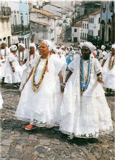 Bahianas in traditional dresses