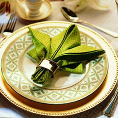 Thanksgiving table decorating ideas, even how to fold napkins!
