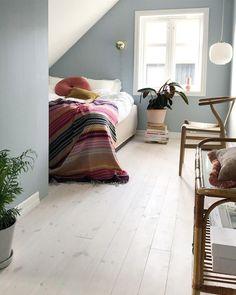 Hellblaues Schlafzimmer im Dachgeschoss