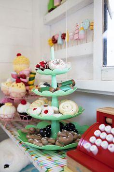 Det är inte många barn som har ett eget kafé, men tvååriga Ebbas lekstuga är komplett med leksakskök och servering. Här bjuds dockorna på godis i trolldeg och virkade bakelser. Kiosk, Play Houses, Cake, Desserts, Food, Baby Room Girls, Dramatic Play, Tailgate Desserts, Deserts