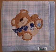 Manta em soft microfibra estampada xadrez azul/branco, com barrado em tecido 100% algodão e patch apliquée a escolher.  *Consulte disponibilidade de tecidos para o barrado e desenhos para o aplique. R$ 59,90