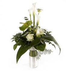 In questo delizioso mazzo di fiori un anthurium verde sembra sedurre delle splendide calle e delle delicate rose bianche