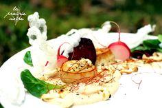 Kräuterseitling-Scallops und Buchenpilze aus der Pfanne, rohe Radieschen und Rote Beete, Feldsalat, Reispapier-Kroepoek mit Erdnussbutter-Kokosmilchsauce