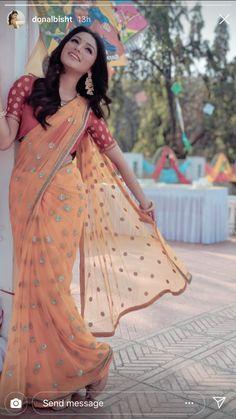 Sari Blouse Designs, Saree Blouse Patterns, Traditional Sarees, Traditional Outfits, Indian Designer Outfits, Indian Designers, Bengali Bridal Makeup, Saree Poses, Saree Photoshoot