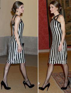 Letizia ha vuelto a sorprender en la cena que el presidente argentino y su mujer ofrecieron a los Reyes en el Palacio de El Pardo con un vestido de rayas.