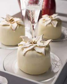 poinsettia cheesecakes (diy with fondant & edible gold dust)