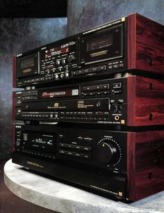 Discover the wonderful world of vintage audio. 1001 Hi-Fi - The Stereo Museum is a place where you can discover a large private collection of vintage audio units. Radios, Hifi Stereo, Hifi Audio, Hi Fi System, Audio System, Diy Hifi, Vcr Player, Audio Studio, Retro