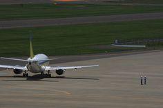 福島空港にて撮影 グランドスタッフに見送られ出発する飛行機 ハンドメイド、手作り、手仕事品の通販・販売・購入ならCreema。