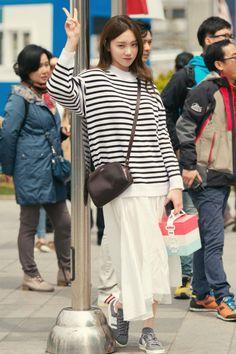 """Lee Sung Kyung behind the scenes of 'Flower of the Queen' "" Korean Fashion Ulzzang, Lee Sung Kyung, Weightlifting Fairy Kim Bok Joo, Asian Street Style, Joo Hyuk, Asia Girl, Seong, Korean Actresses, Korean Model"