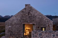 Central Otago House is a traditional mountain refuge designed by New Zealand studio Sumich Chaplin Architects. This mountain house is . Gable House, House Cladding, Modern Barn House, Central Otago, Irish Cottage, Rustic Contemporary, Exterior Design, Facade, New Homes