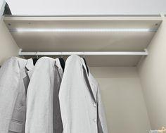 un armadio illuminato da una barra led