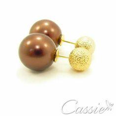 """✨ Brinco Inspired Dor Brun folheado a ouro - bolinha com acabamento """"diamantado"""" e pérola acrílica marrom. ✨ ❤⚪⚪⚪⚪⚪⚪⚪⚪⚪⚪⚪❤  Use o Cupom de desconto CA10 e ganhe 10% de desconto.  ❤⚪⚪⚪⚪⚪⚪⚪⚪⚪⚪⚪❤ #Cassie #semijoias #acessórios #moda #fashion #instajoias #tendências #prata #charms #cupomdedesconto #instasemijoias #pulseirismo #zirconias #folheado #dourado #berloques #brincoduplo #Inspired"""