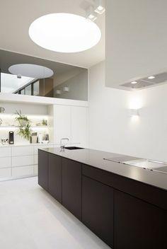Black + no overhang New Kitchen, Kitchen Dining, Kitchen Decor, Dining Rooms, Living Comedor, Kitchen Images, Kitchen Collection, Küchen Design, Minimalist Interior