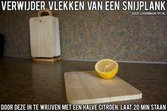 Snijplank schoonmaken? Wrijf deze in met een halve citroen en laat 20 minuten staan. Meer tips vind je op www.goedeschoonmaaktips.nl