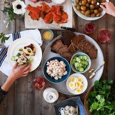 デンマーク発祥の〈スモーブロー〉を知っていますか?ライ麦パンに具材を乗せたオープンサンドで本国ではその〈スモーブロー〉の専門店やカフェがたくさんあります。サーモンやアボカド、チーズ、卵など日本でも人気の食材がよく見られます。今回はついつい明日作ってみたくなる〈スモーブロー〉をご紹介します。
