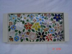 Bandeja mosaico floral, feita com pastilhas de vidro, e finalizada com vidro líquido, pintura na cor palha. R$ 70,20