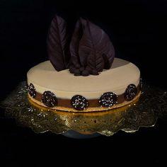 Esta tarta es la más visitada de los dulces de Navidad desde que la publiqué por primera vez en 2010. Ha resultado un éxito porque está riquísima, es muy vistosa y muchos de vosotr@s la habéis hecho ya. Ahora, cinco años después, he querido repetir las fotos ya que las de 2010 no me gustaban …