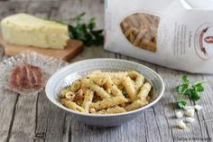 Pasta con la mollica: un primo piatto moltogustoso e saporito della tradizione della Basilicata. Povero, ma ricco di gusto e sapore.