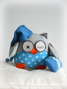 A sleepy-time owl! Felt Owls, Felt Animals, Felt Patterns, Stuffed Toys Patterns, Cute Sewing Projects, Sewing Crafts, Dac Diy, Owl Quilts, Owl Bags