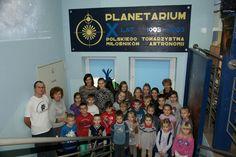 16 grudnia udaliśmy się do Planetarium w Potarzycy. Miejsce tak blisko nas, a tak wspaniałe! Wszyscy byliśmy zachwyceni. Na początek Pani Owczarek opowiedziała nam o tym jak jej nieżyjący już niestety mąż, uparcie dążył do tego, aby powstało planetarium. Pan Owczarek był nauczycielem fizyki i chciał się spotkać ze swoimi uczniami, aby obserwować gwiazdy. jednak wciąż przeszkadzała im nieodpowiednia pogoda.