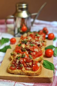 Italian Food - Bruschette al pomodoro e tonno. Can't understand the recipe but it looks yummy! Wine Recipes, Great Recipes, Cooking Recipes, Healthy Recipes, Tapas, I Love Food, Good Food, Yummy Food, Italian Dishes