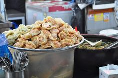 What to eat at Gwangjang Market, a traditional old-school Korean market in Seoul. 광장시장