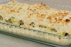 Cannelloni zijn de grote Italiaanse pastabuisjes die je op zoveel manieren kan opvullen. Deze keer maakt Jeroen cannelloni op basis van verse lasagnevellen. Jeroen rolt er een romige vulling van lamsgehakt en fijne champignons tussen. De cannelloni belanden in een ovenschaal, rijkelijk overgoten met een saus van Italiaanse gorgonzola en stukjes fijne prei.